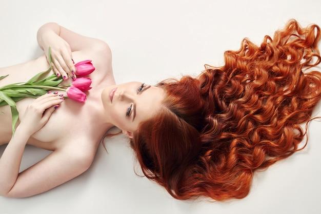 Nude sexy piękna rudowłosa dziewczyna długie włosy.