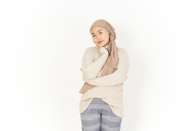 Nudny gest pięknej azjatyckiej kobiety noszącej hidżab na białym tle