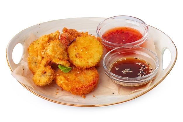 Nuggetsy z kurczaka smażone w głębokim tłuszczu na białym tle