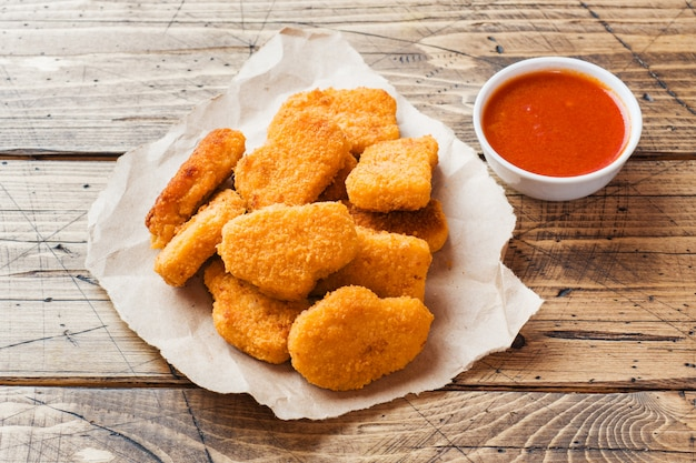 Nuggetsy z kurczaka w sosie pomidorowym