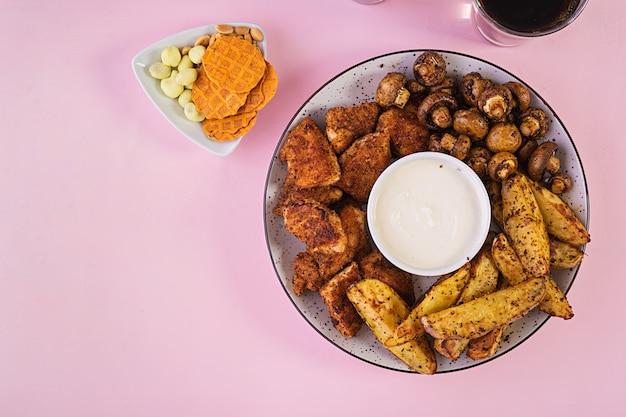 Nuggetsy z kurczaka z keczupem, frytkami, pieczarkami i colą