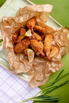 Nuggetsy z kurczaka z plastrami cytryny