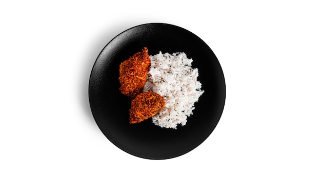 Nuggetsy z kurczaka z ryżem na talerzu na białym tle na białym tle. kotlety z kurczaka z ryżem. zdjęcie wysokiej jakości