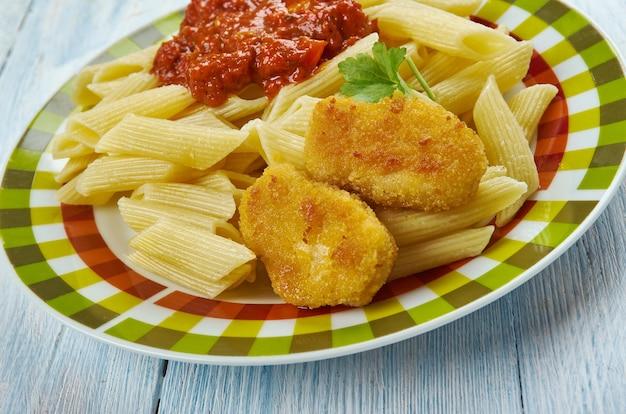 Nuggetsy z makaronem i sosem pomidorowym, kuchnia włoska