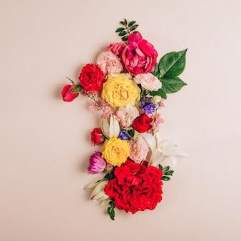 Numer 1 z prawdziwych naturalnych kwiatów na beżowym tle. czcionka kwiatowa. koncepcja kreatywna lato. widok z góry. płaskie ułożenie