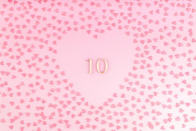 Numer 13 ten wykonany z drewna w kształcie serca z małymi sercami