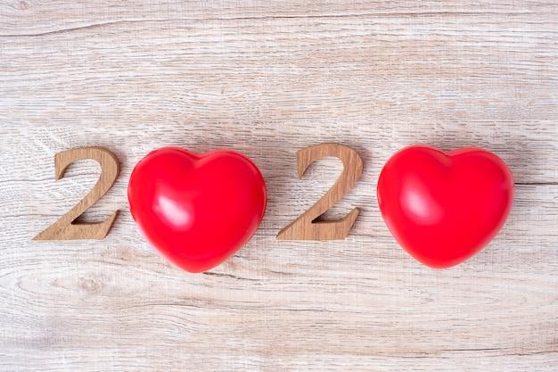 Numer 2020 z czerwonym sercem w kształcie na drewnianym, zdrowie