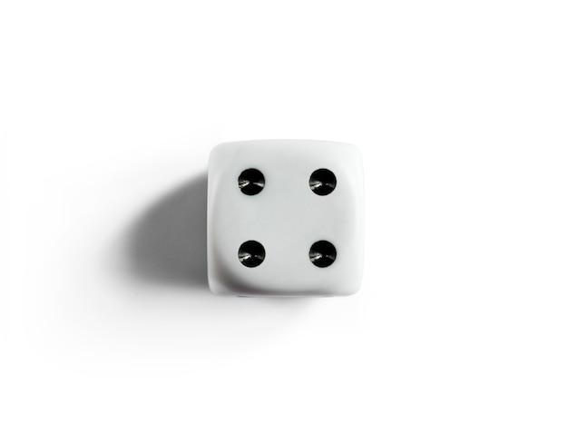 Numer 4 na czystych kostkach. widok z góry. białe tło. odosobniony