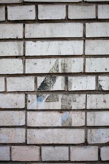 Numer 4 na kamiennej białej ceglanej ścianie