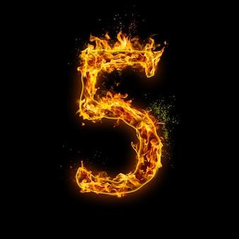 Numer 5. płomienie ognia na czarnym tle, realistyczny efekt ognia z iskrami.