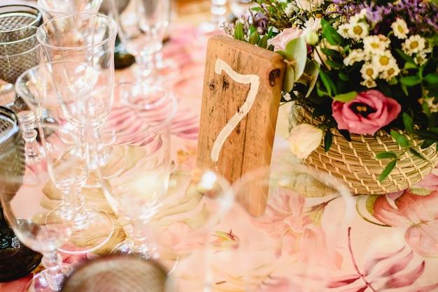 Numer 7 szczęścia, na drewnianej desce jako dekoracja stołu w restauracji.