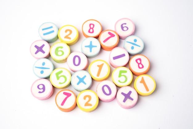 Numer matematyczny kolorowy na białym stole