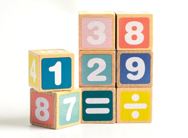 Numer matematyczny kolorowy na białym tle, edukacja studium matematyki nauka uczyć koncepcji.