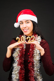 Numer obchody nowego roku latynoska młoda kobieta z santa hat szczęśliwego nowego roku