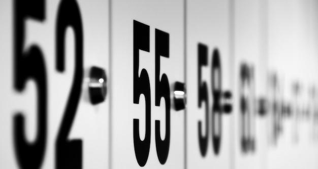 Numery na szafkach w czerni i bieli