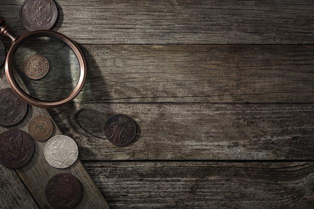 Numizmatyka. stare monety kolekcjonerskie na drewnianym stole. widok z góry.