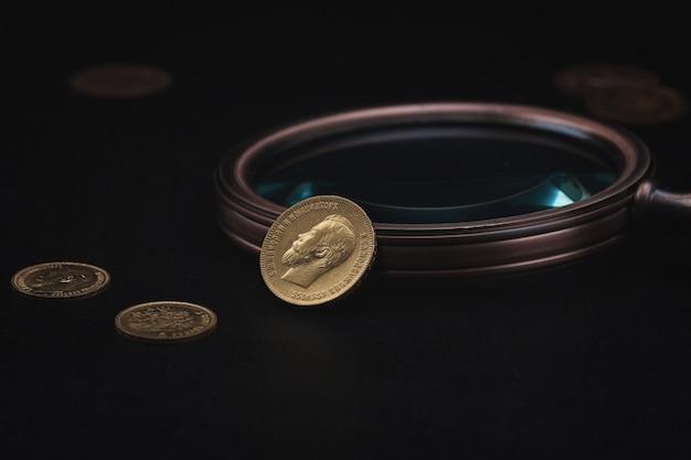 Numizmatyka. stare monety kolekcjonerskie wykonane ze złota na drewnianym stole. numizmatyka. stare monety kolekcjonerskie wykonane ze złota na drewnianym stole.