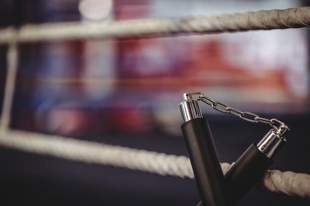 Nunchaku umieszczony na ringu