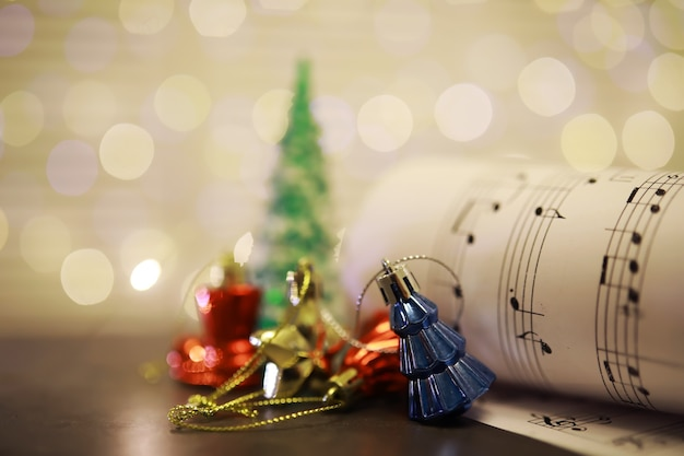 Nuty na boże narodzenie. ozdoby świąteczne na nutach, zbliżenie