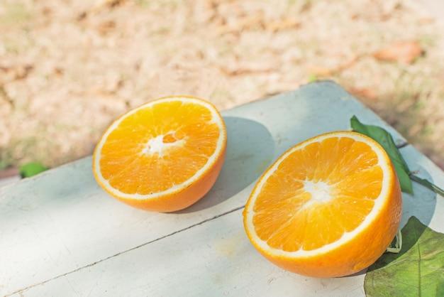 O połowę pomarańczowy na stole