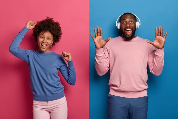 O tak, to nasza piosenka! radosna tysiącletnia kręcona kobieta i mężczyzna tańczą i bawią się, nie przejmując się opinią, świętują zdany egzamin, sprawiają, że dyskoteka się porusza
