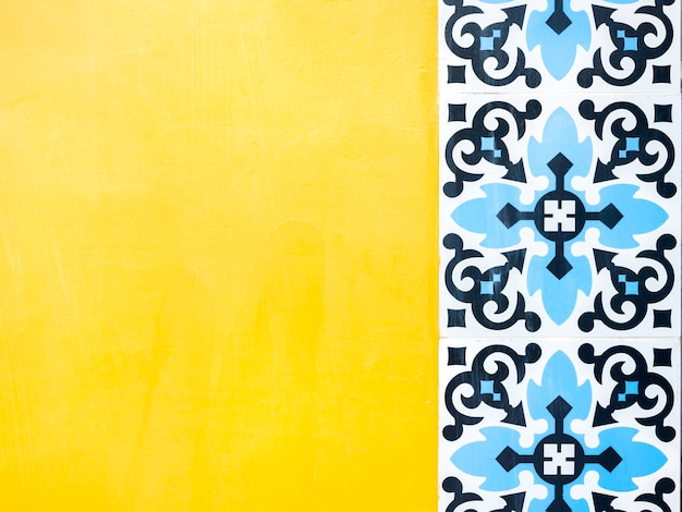 ?ó?te t?o ?ciany z niebieskim wzorem mozaiki marokański styl z miejsca kopiowania. tło starodawny tradycyjny portugalski płytki ceramiczne.