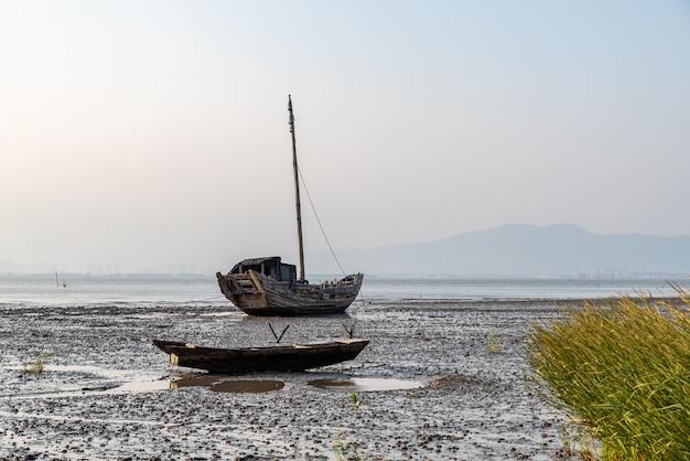O zmierzchu na mieliźnie zacumowały porzucone łodzie rybackie