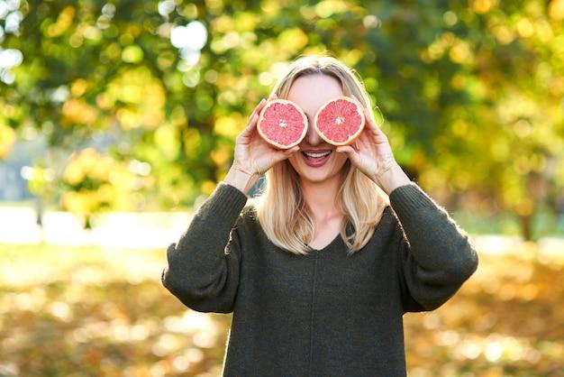 Oba oczy pokryte owocami cytrusowymi