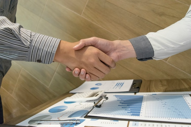 Obaj biznesmeni osiągnęli sukces biznesowy dwa razy bardziej opłacalny.