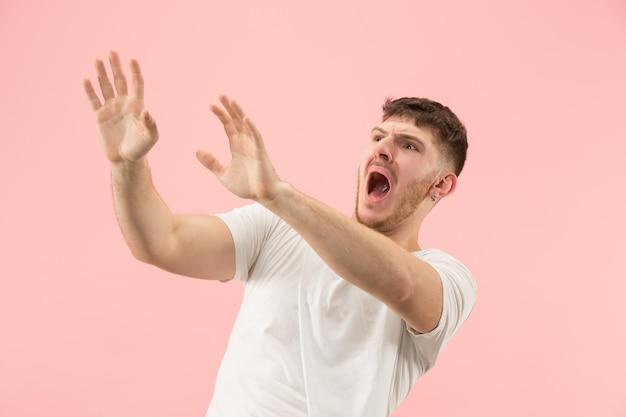 Obawiam się. strach. portret przerażonego mężczyzny. biznes człowiek stojący na białym tle na tle modnego różowego studia. portret mężczyzny w połowie długości. ludzkie emocje, koncepcja wyrazu twarzy