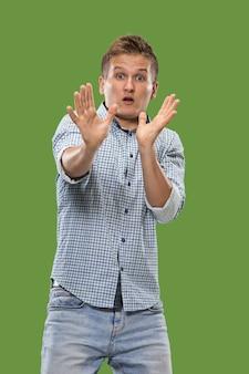 Obawiam się. strach. portret przerażonego mężczyzny. biznes człowiek stojący na białym tle w modnym zielonym studio.