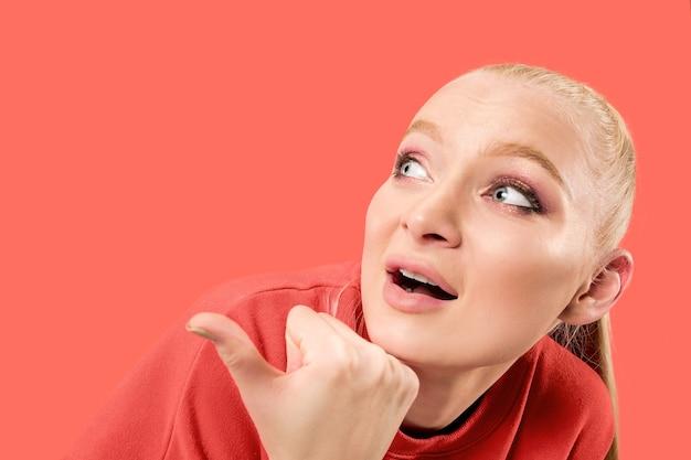 Obawiam się. strach. portret przerażonej kobiety. biznes kobieta stojąc na białym tle na tle modnego koralowego studia. portret kobiety w połowie długości. ludzkie emocje, koncepcja wyrazu twarzy