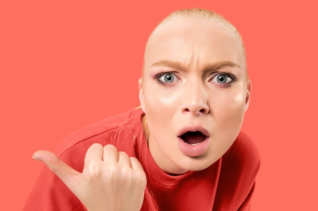 Obawiam się. strach. portret przerażonej kobiety. biznes kobieta stojąca na białym tle na modnej przestrzeni koralowej