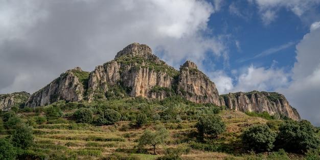 Obcasy ogliastra to wapienno-dolomitowe góry, których nazwa pochodzi od typowego kształtu pięty buta. sardynia, włochy