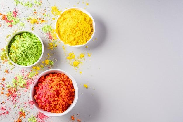 Obchody festiwalu holi. tradycyjna indyjska dekoracja w kolorach holi w proszku
