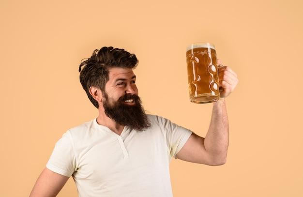Obchody festiwalu oktoberfest broda mężczyzna pijący piwo z kufla lagera i ciemnego piwa czas młodych