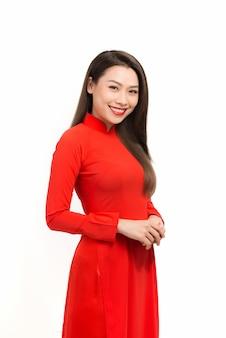 Obchody księżycowego nowego roku. portret wietnamskiej kobiety w sukni ao dai