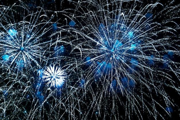 Obchody nowego roku fajerwerki, kolorowe fajerwerki na niebie