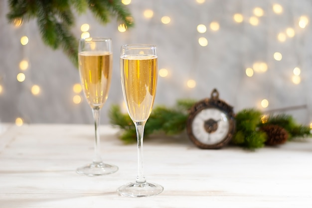 Obchody nowego roku i świąteczny stół z dwiema szklankami szampana
