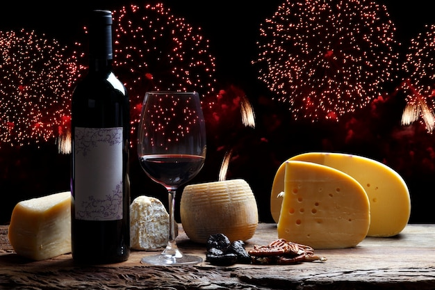 Obchody nowego roku z fajerwerkami, czerwonym winem i specjalnymi serami