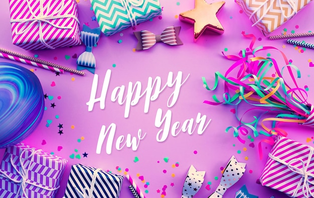 Obchody, rocznica koncepcje z tekstem szczęśliwego nowego roku na kolorowym elemencie rekwizytu