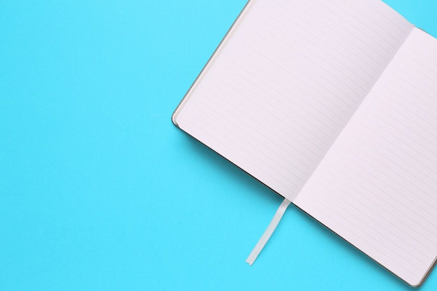 Obciążenie biurowego stołu z notatnikiem, notatnikiem, zegarem i pisakiem. skopiuj miejsce