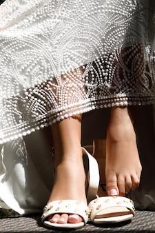 Obcisłe stopy panny młodej na eleganckich butach