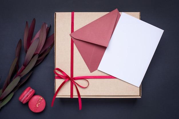 Obecna karta i prezent w pudełku z satynową wstążką w ciemności