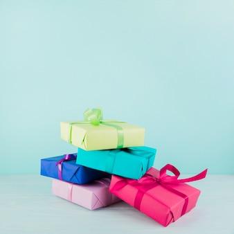 Obecne pudełka w różnych kolorach