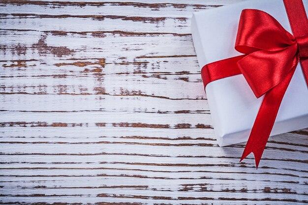 Obecne pudełko czerwona kokarda na kartkę z życzeniami rocznika drewniana deska