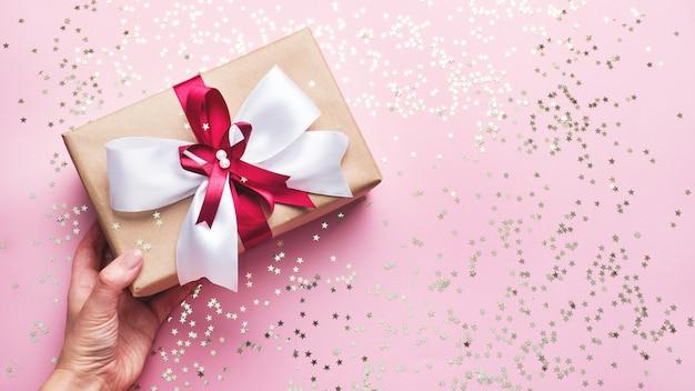 Obecne pudełko na różowym błyszczącym tle