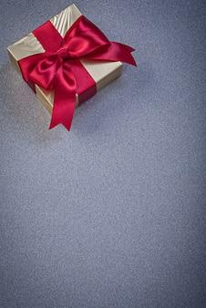 Obecne pudełko z czerwoną kokardką