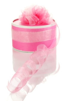 Obecne pudełko z lokami z różową wstążką na białym tle