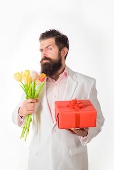 Obecny mężczyzna pudełko trzyma walentynki prezent i kwiaty walentynki szczęśliwe walentynki luty